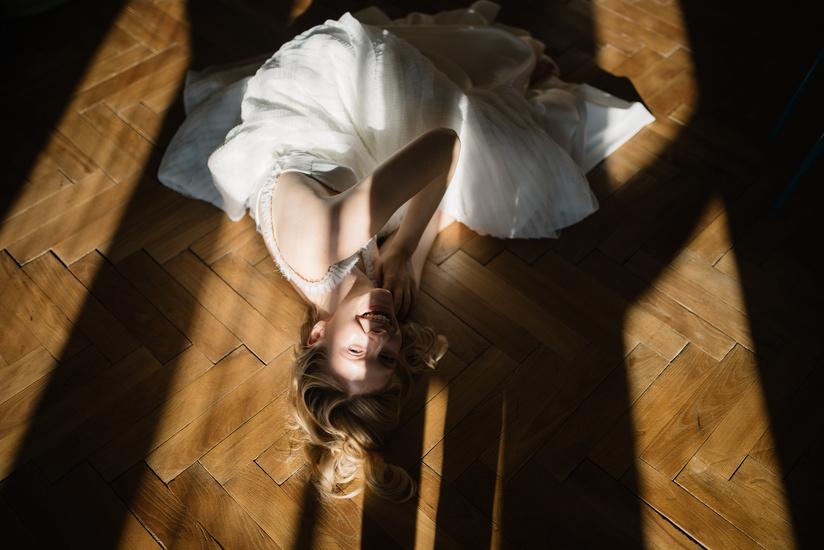 šaty: Marie Mukařovská, fotografie: Veronika Dvorak, modelka: Barča Svorová, make-up: Veronika Mykolenko (z editorialu Lost My Heart)