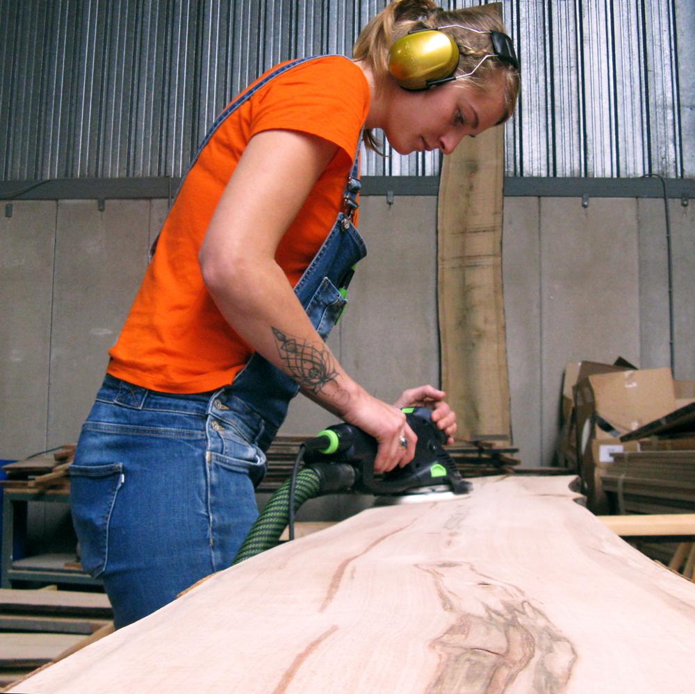 Na het drogen kan het bewerken van het hout beginnnen. Zowel in de werkplaats van Buurman als bij sociale werkplaatsen uit de buurt wordt gewerkt aan de producten.