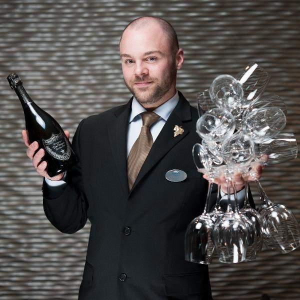 Vinkurs - Vi setter opp vin i deilige sommerviner. Det blir smaking av forskjellige viner som rose, hvit og musserende. Kurs 375 kr per person.