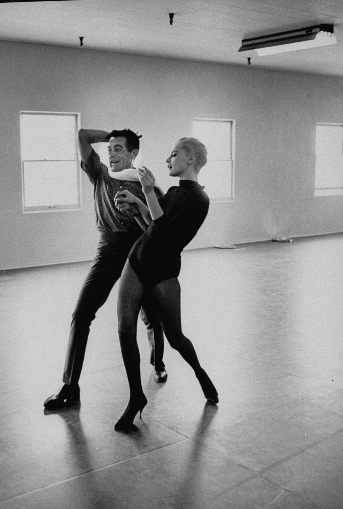 Allan Grant, Dance instructor Bob Sidney, giving lessons to Italian actress Virna Lisi, 1964.jpg