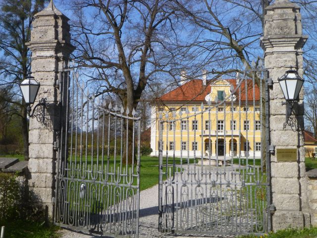 Frohnburg palace east gate photo from  Wikimedia  by  Luckyproft (talk)