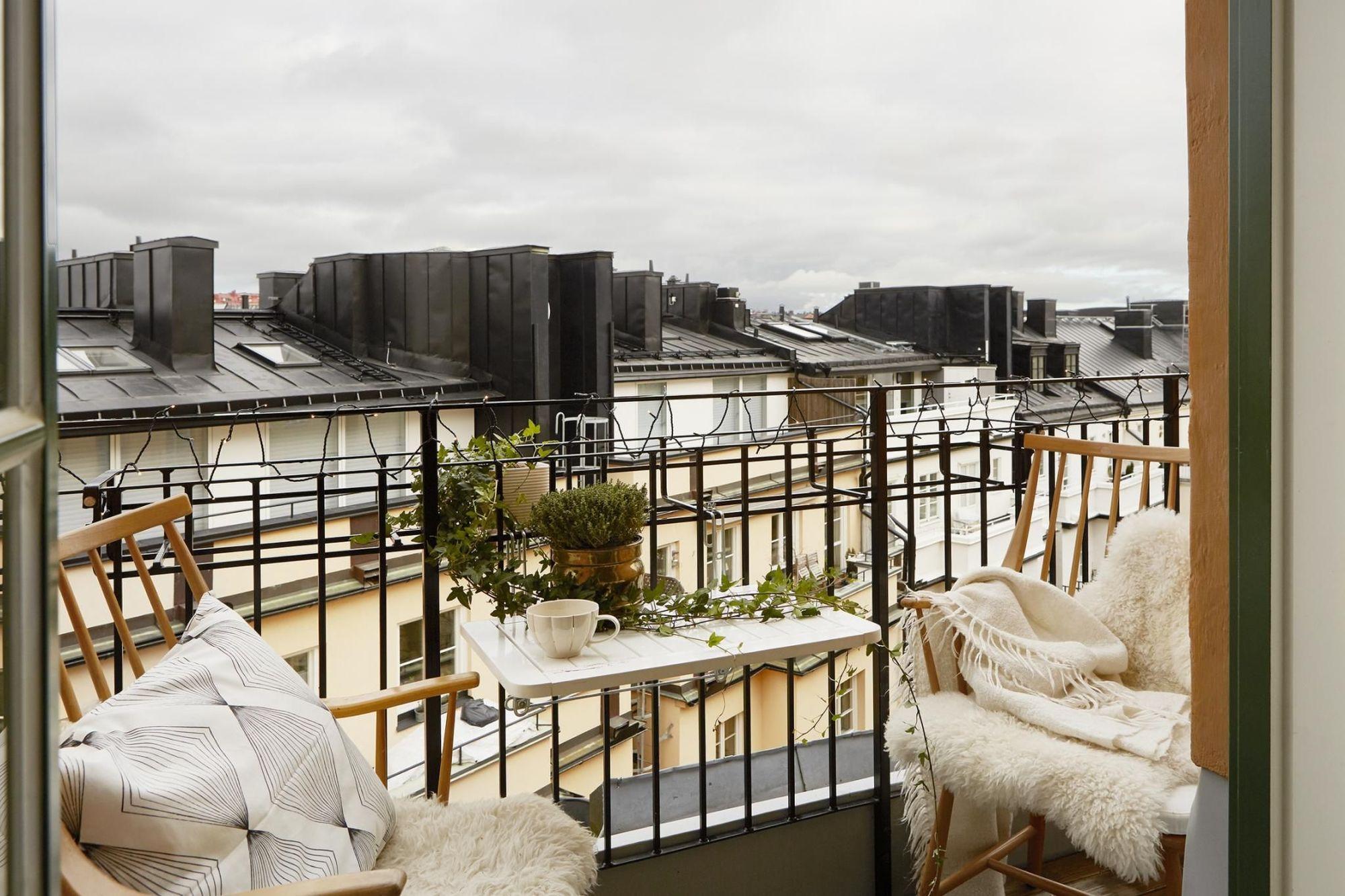 chaises-en-rotin-avec-plaids-en-fourrure-et-coussin-table-suspendue-au-balcon_5891141.jpg