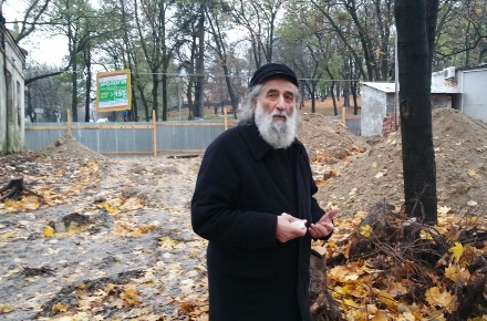 Meylakh-Sheykhet-at-the-digging-site-of-the-Old-Jewish-Cemtery-of-Lviv-on-Nov.-7-2016.-Photo-Cnaan-Liphshiz.jpeg