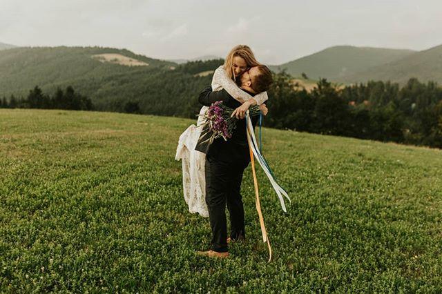 Góry, wiatr, wspaniałe ludzi i ich szczere uśmiechy to już obsesja ❤️ #bfwstories • • • #bestfriendsweddings #firstandlasts #intothewildwedding #fotografweselny #fotografwarszawa #weddingphotographer #weddingphotographerpoland #laboda #hochzeit #naturalnafotografiaslubna #slubneinspiracje #pannamloda #slubnaglowie #slub2020 #wesele2019 #filmweselny #filmslubny #filmowiecslubny #filmslubnywarszawa #cinematicweddingfilm #niezleaparaty