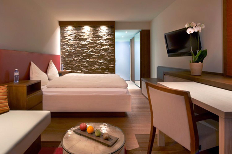 Hospitality TV Systeme - Hotel- oder Klinik TV Systeme bieten überdurchschnittlichen Komfort und personalisierter Service für Ihre Gäste. Sie als Betreiber haben dadurch erhebliche Vorteile wie direkte Werbung in den Zimmern, Vorstellung des Hotels, Begrüssung des Gastes und vieles mehr.