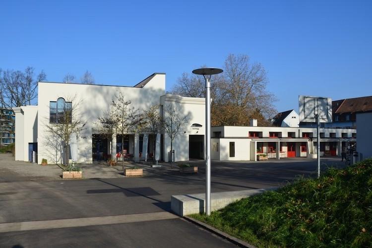 Abb. 2: Vorplatz des Gemeinschaftszentrums Buchegg.
