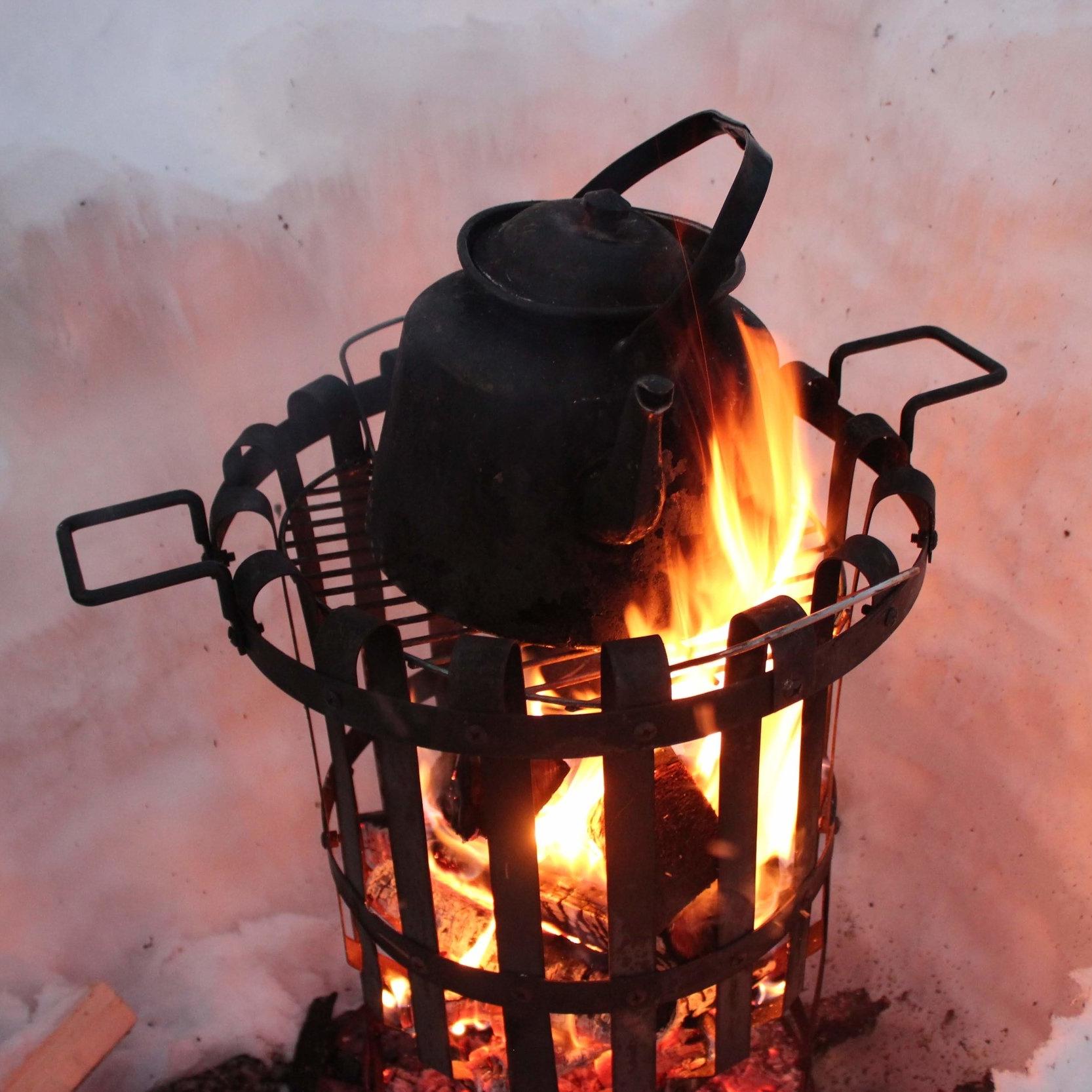 På flera platser i stan brinner eldar under vinterdagarna. Så att du kan stanna till och värma händerna, eller njuta av en kaffe.