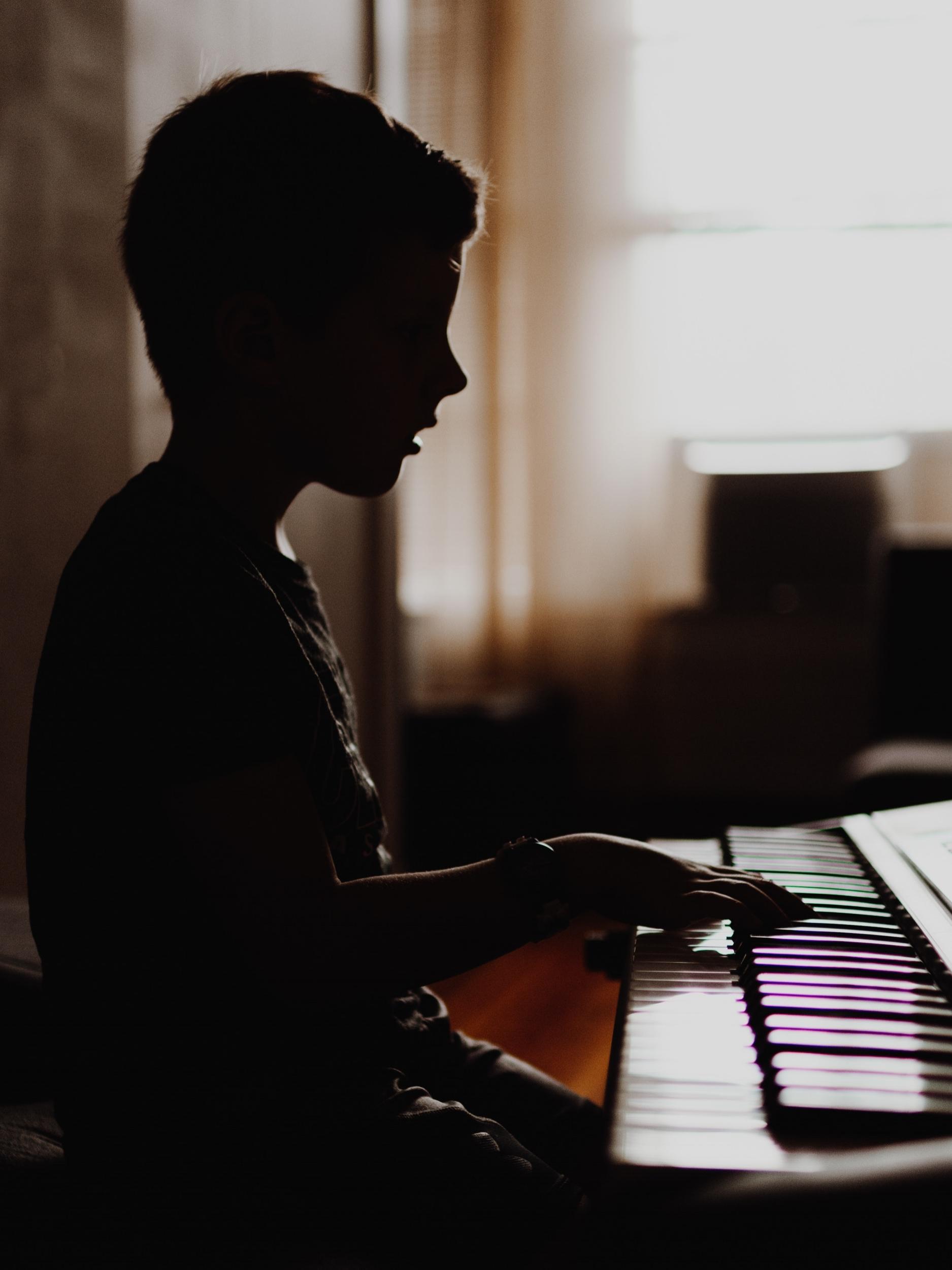 Musica - Los estudiantes aprenden a leer musica y tocar instrumentos.