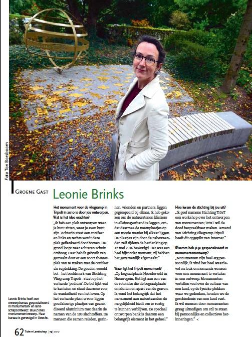 Afbeelding van het artikel in vakblad Tuin en Landschap, met foto van Leonie Brinks bij het monument van vliegramp Tripoli.