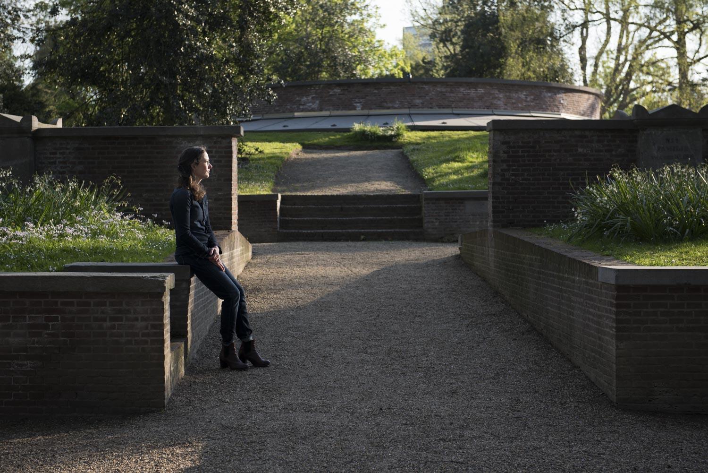 Foto van Leonie Brinks op begraafplaats Soestbergen bij de zogenaamde ring van Zocher. Bron: Nadine van den Berg