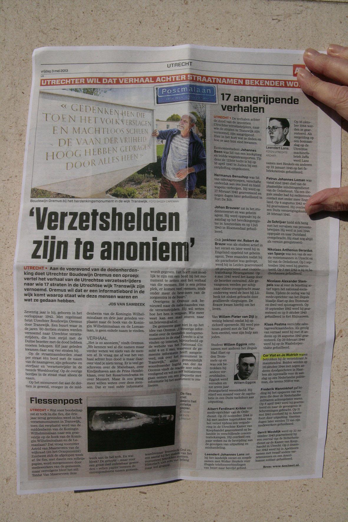 Krantenartikel AD met initiatiefnemer en betrokken buurtbewoner Boudewijn Oremus bij verzetsmonument in Utrechtse wijk Transwijk.