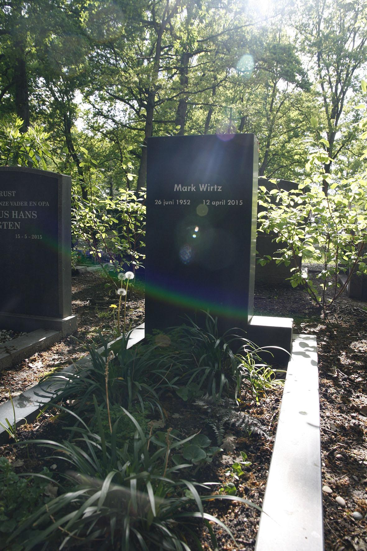 Grafmonument voor Mark, staande steen met kubus en omlijsting waar binnen een graftuin is gerealiseerd.
