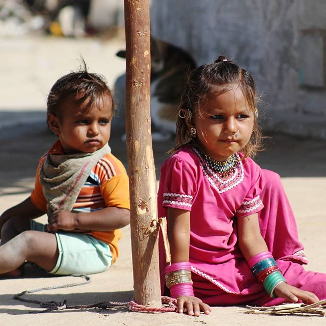 Brother and sister in a village near Ahmedabad  #inde #india #bandhan #bandhantravel #agencedevoyageeninde #agencedevoyagefrancophone #voyagesurmesure #voyageeninde  #tailormadetravel #travelphotography #travelindia #travelagency #indianculture  #Gujarat #ahmedabad #brotherandsister #indianfamily