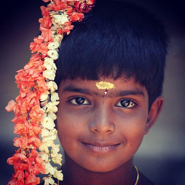 Young girl walking in Pondicherry streets  inde #india #bandhan #bandhantravel #agencedevoyageeninde #agencedevoyagefrancophone #voyagesurmesure #voyageeninde  #tailormadetravel #travelphotography #travelindia #travelagency #indianculture  #tamilnadu #pondicherry #indianbeauty #indiansmile