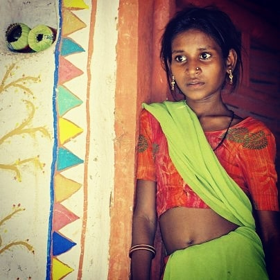 In front of her house Village near Hospet in karnataka  #inde #india #bandhan #bandhantravel #agencedevoyageeninde #agencedevoyagefrancophone #voyagesurmesure #voyageeninde  #tailormadetravel #travelphotography #travelindia #travelagency #indianculture  #karnataka #indianvillages #colorfulindia