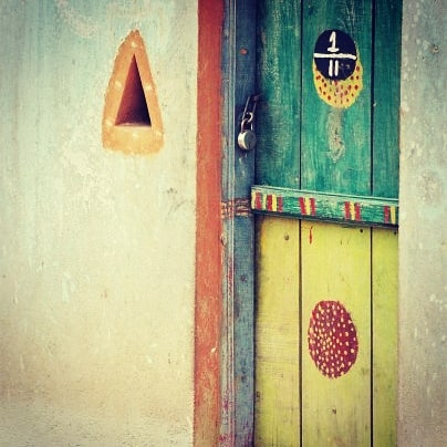 Colorful door in a village of Tamil Nadu  #inde #india #bandhan #bandhantravel #agencedevoyageeninde #agencedevoyagefrancophone #voyagesurmesure #voyageeninde  #tailormadetravel #travelphotography #travelindia #travelagency #indianculture  #colorfuldoor #indianvillages #tamilnadu #southindia #indedusud