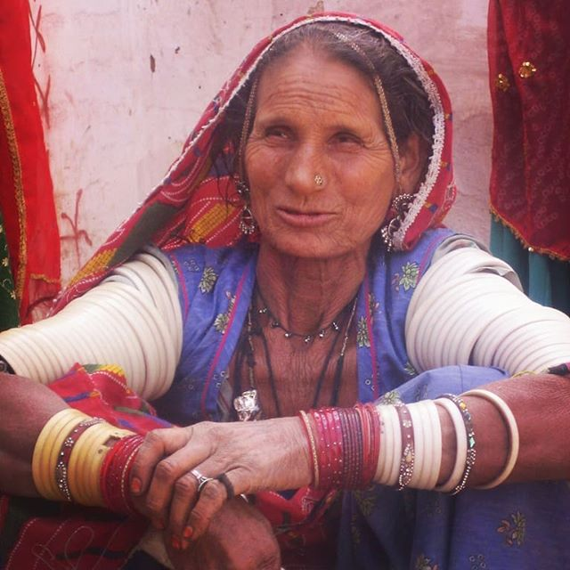 Old woman in a village in BIkaner  #inde #india #bandhan #bandhantravel #agencedevoyageeninde #agencedevoyagefrancophone #voyagesurmesure #voyageeninde  #tailormadetravel #travelphotography #travelindia #travelagency #indianculture  #bikaner #indianvillages #explorevillagesofindia #authenticity