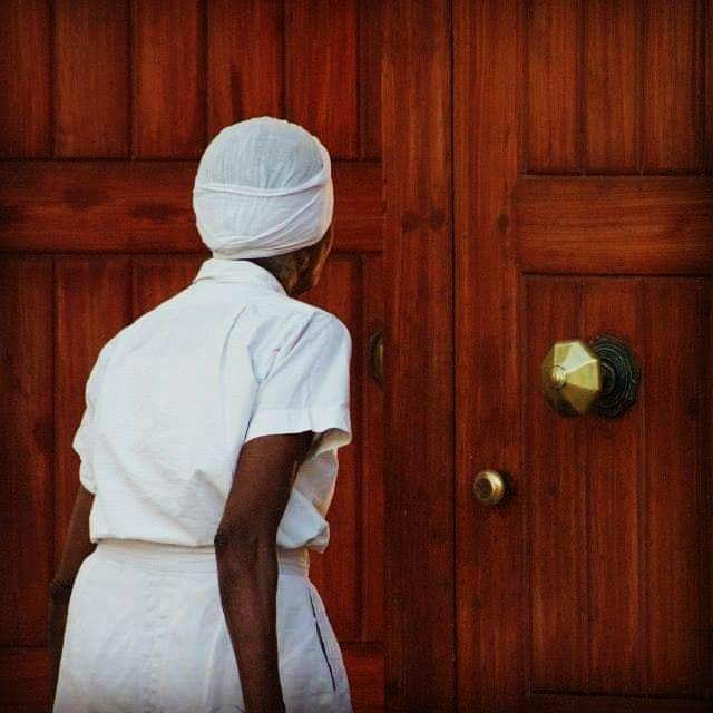 In front of Sri Aurobindo Ashram in Pondicherry.  #inde #india #bandhan #bandhantravel #agencedevoyageeninde #agencedevoyagefrancophone #voyagesurmesure #voyageeninde  #tailormadetravel #travelphotography #travelindia #travelagency #indianculture  #southindia #indedusud #pondicherry #sriaurobindoashram #sriaurobindo #ashram