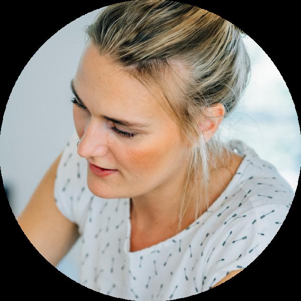 """Jenny Kruse I Make Up Artist in Hamburg und International   Bei ihr werden ein persönliches und individuelles Styling groß geschrieben. Natürlichkeit liegt ihr sehr am Herzen, sodass man ihren Stil als """"luftig und leicht"""" beschreiben kann.  """"Wenn Du dich Schön fühlst, bist Du glücklich und wenn Du glücklich bist, dann strahlst Du deine Schönheit aus."""" Nach diesem Leitfaden lebt und arbeitet Jenny und an daran möchte sie uns im female feelgood Workshop teilhaben lassen."""