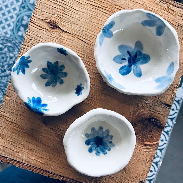 Back to some old school blue and white porcelain. I love painting these. So calming. More of these going to the glazekiln soon. #botanics #blueandwhitekitchen #blueandwhitechina #whitestoneware #blueengobe #cobaltblue #summerytableware #blåkeramik #potter #loveceramic #ceramicart #wheelthrownbowls #bluepainting #svensktporslin #blueandwhiteceramics #blueandwhitekitchen #handmadeceramic #handmadeinsweden #blueceramics #blueandwhite #loveceramic #hyggelife #blueflowers #blueleaves