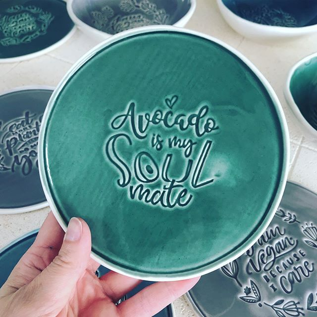 You can now buy this (and other) plate(s) of mine at @littleartcakery in Gävle. ✨🙌🏻 Birthday present, wall decoration, dessert plate? You decide! Head over to the cutest place in town tomorrow and get their avocado wrap! 😋 it is soooo perfect🥑 #avocado #soulmate #veganplate #plantbased #rawcafe #littleartcakerygävle  #handmadeplate #foodprops  #vegan #rawvegan #tabletop  #grateplates #epicplateup  #artofplating #thedailybite #onthetable  #atthetable #tabletop #handmadeceramicplate #veganchef #ceramicplates #veganbreakfast #veganlove #veganfoodlovers #veganpower