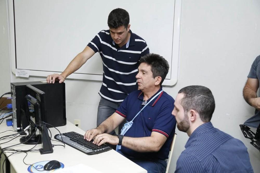 Hugo Pereira (engenheiro de software), Donaldo (testador com deficiência visual) e Paulo Latância durante uma sessão de teste do portal. Fonte: Banco de dados da  Caiena .