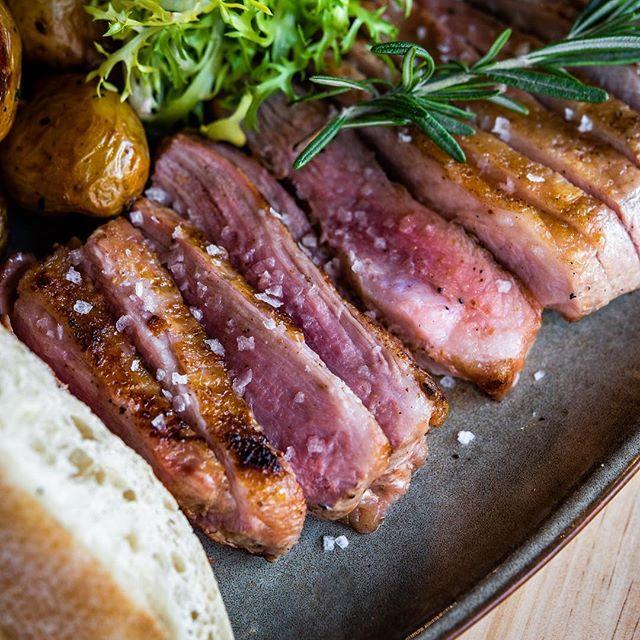 Qué os parece nuestro secreto de cerdo🐽 a la brasa🔥🔥? . .  #foodporn #secretocerdo #meatlover #carnebrasa #foodpic  #foodporn #foodies #brasa #carbon #yummy #instafood #madridfood #madridgastronomico #comerenmadrid #comerenvigo #quehacerenvigo #quehacerenmadrid