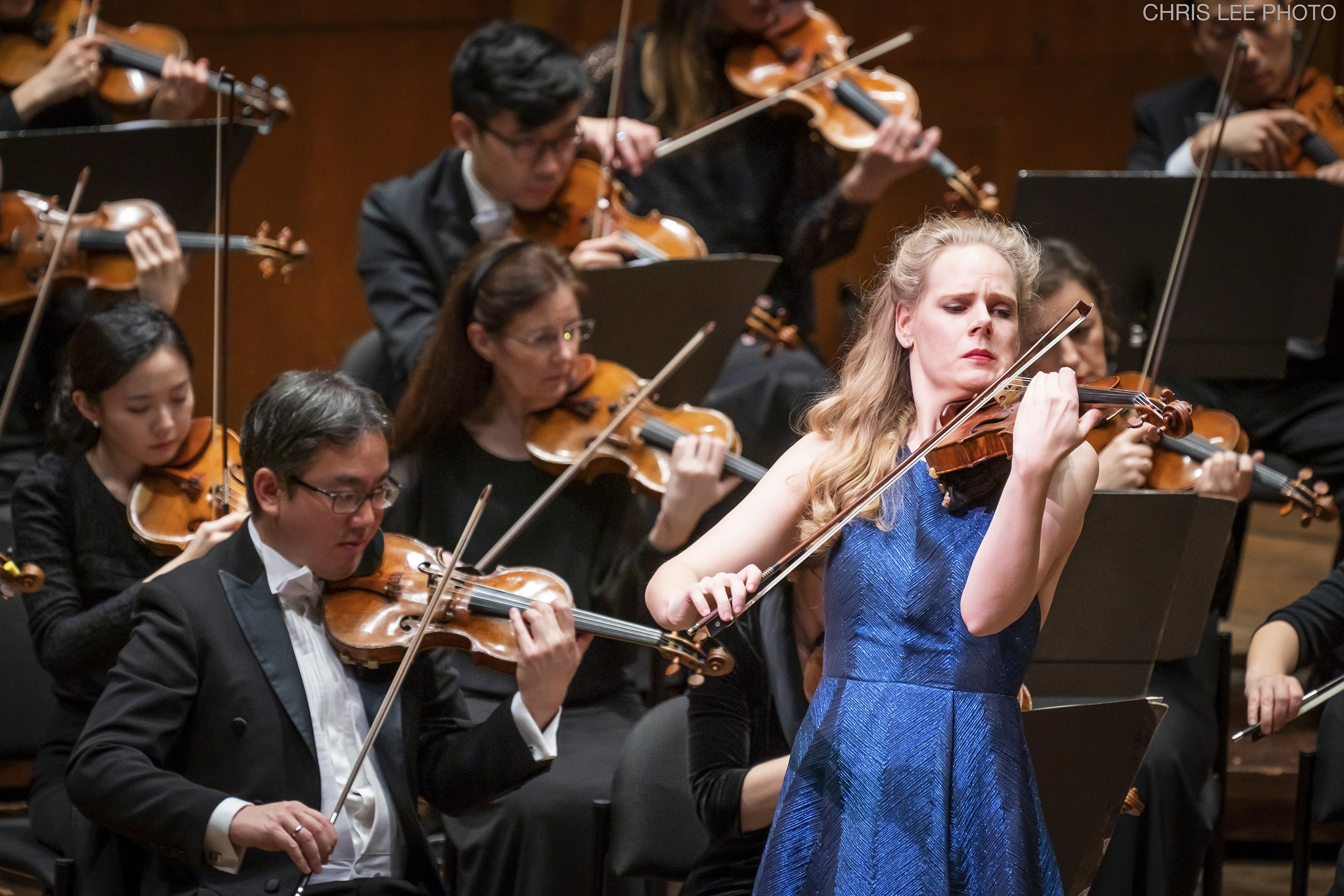 Simone Lamsma playing the Britten Violin Concerto with the New York Philharmonic.  Photo credit: Chris Lee