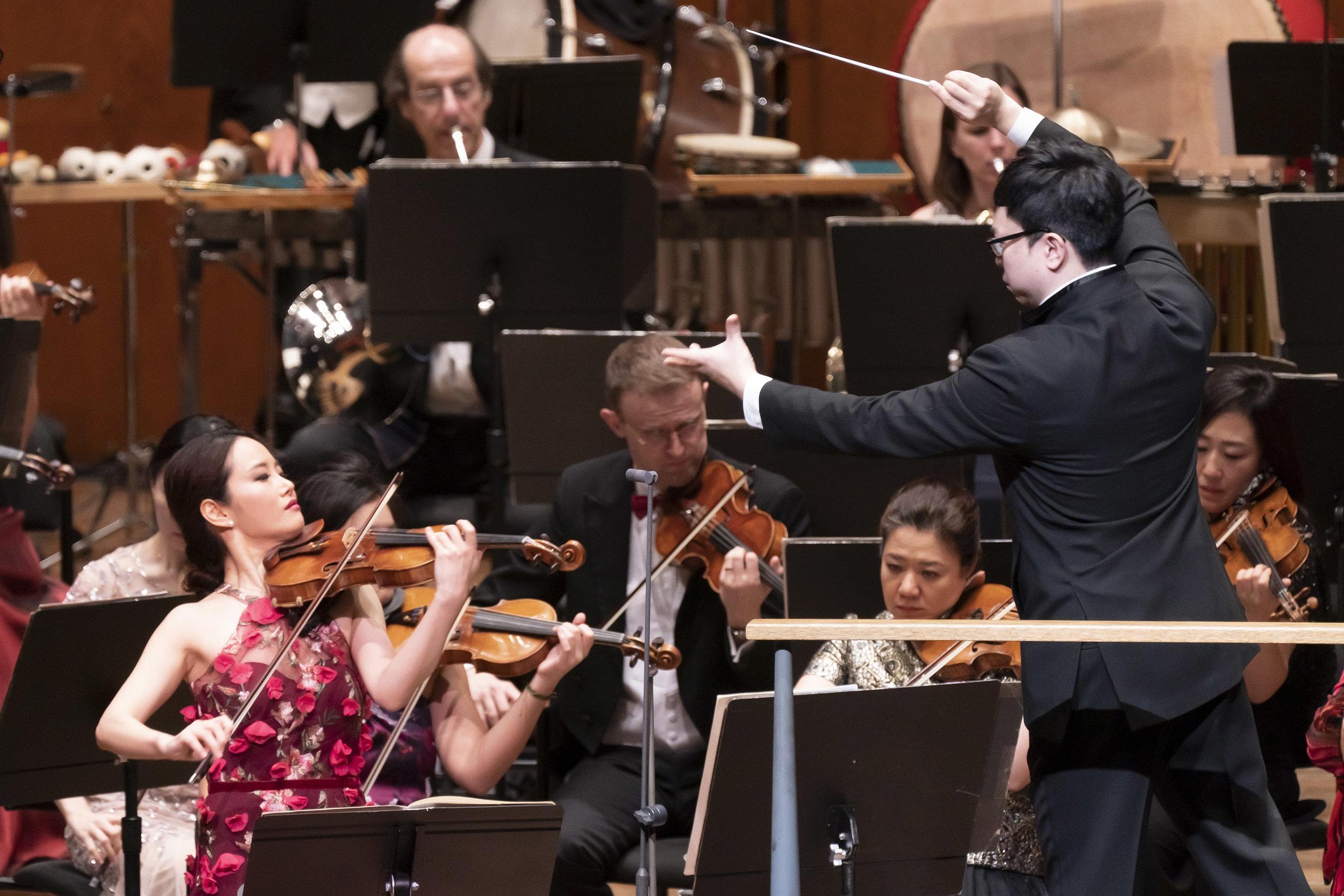 Bomsori Kim, violin and Kahchun Wong, conductor. Photo: Chris Lee