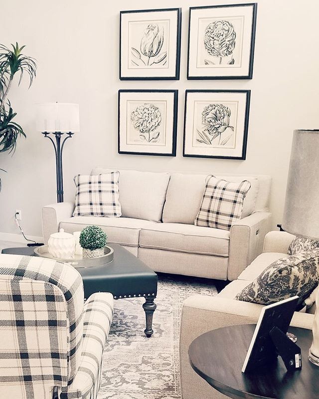 My friend Jessica's gorgeous living room features a mix of modern and traditional pieces from La-z-boy. #livingroomdecor #livingroom #familyroom #interiordesign #lazboy #blackandcream #traditonal #modern #homedesignhandcraft #style #designblog