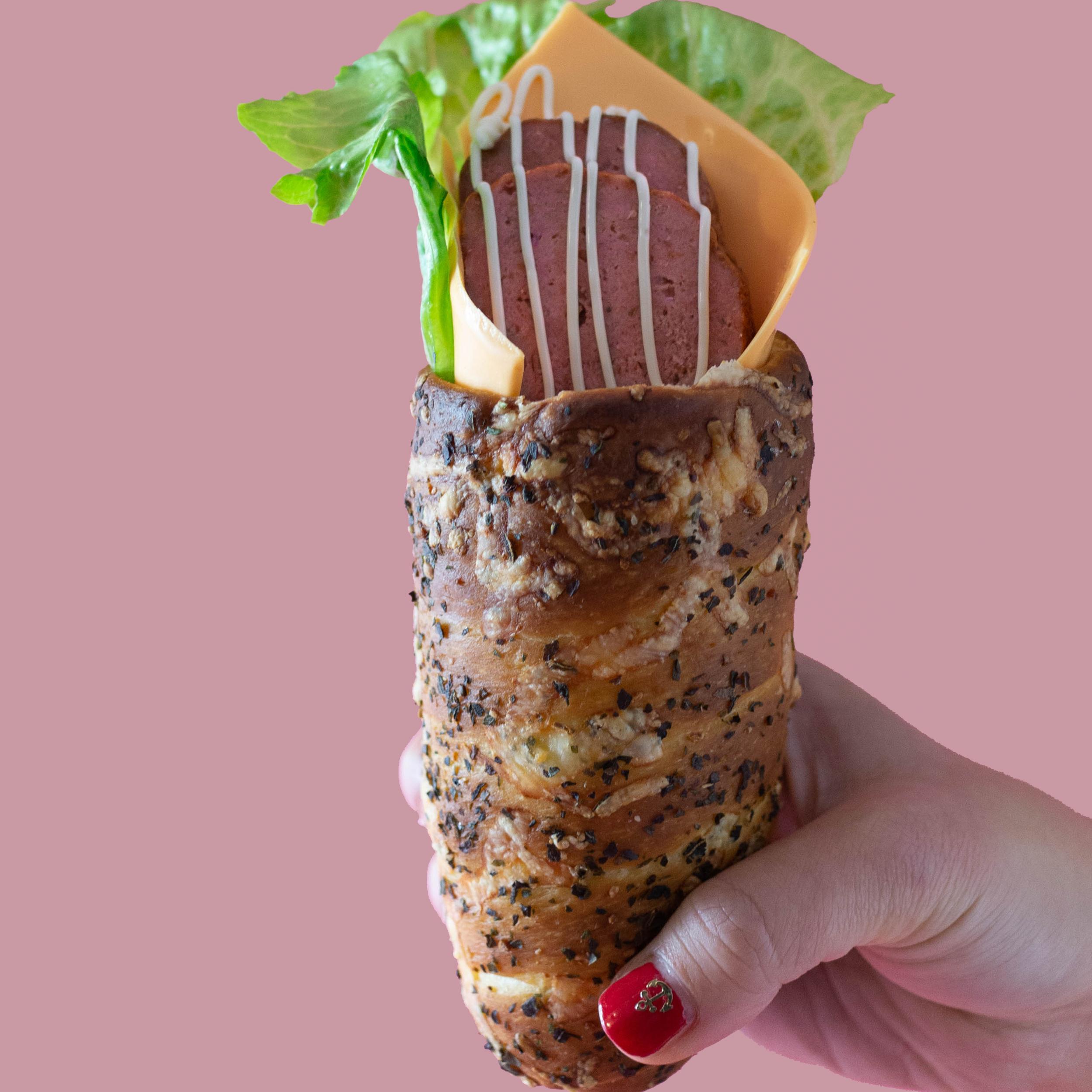 BOHEMIA(ボヘミア)…………………….……….. ¥700+税   ボリューム感のあるチェコRavy社のミートローフ、チーズと新鮮野菜をハーブでコーティングしたトゥルデルニーク生地でサンド。小腹が空いた時にぴったり。チェコビールとの相性が抜群。