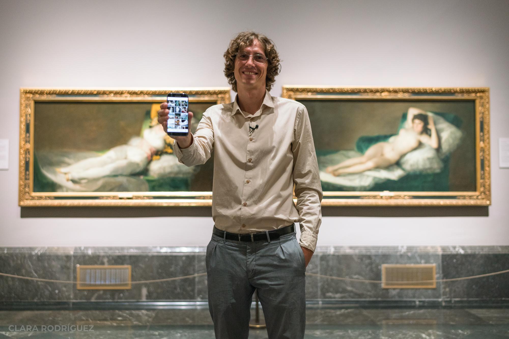 Javier Sainz de los Terreros en el Museo del Prado enseña la cuenta de Instagram que gestiona.