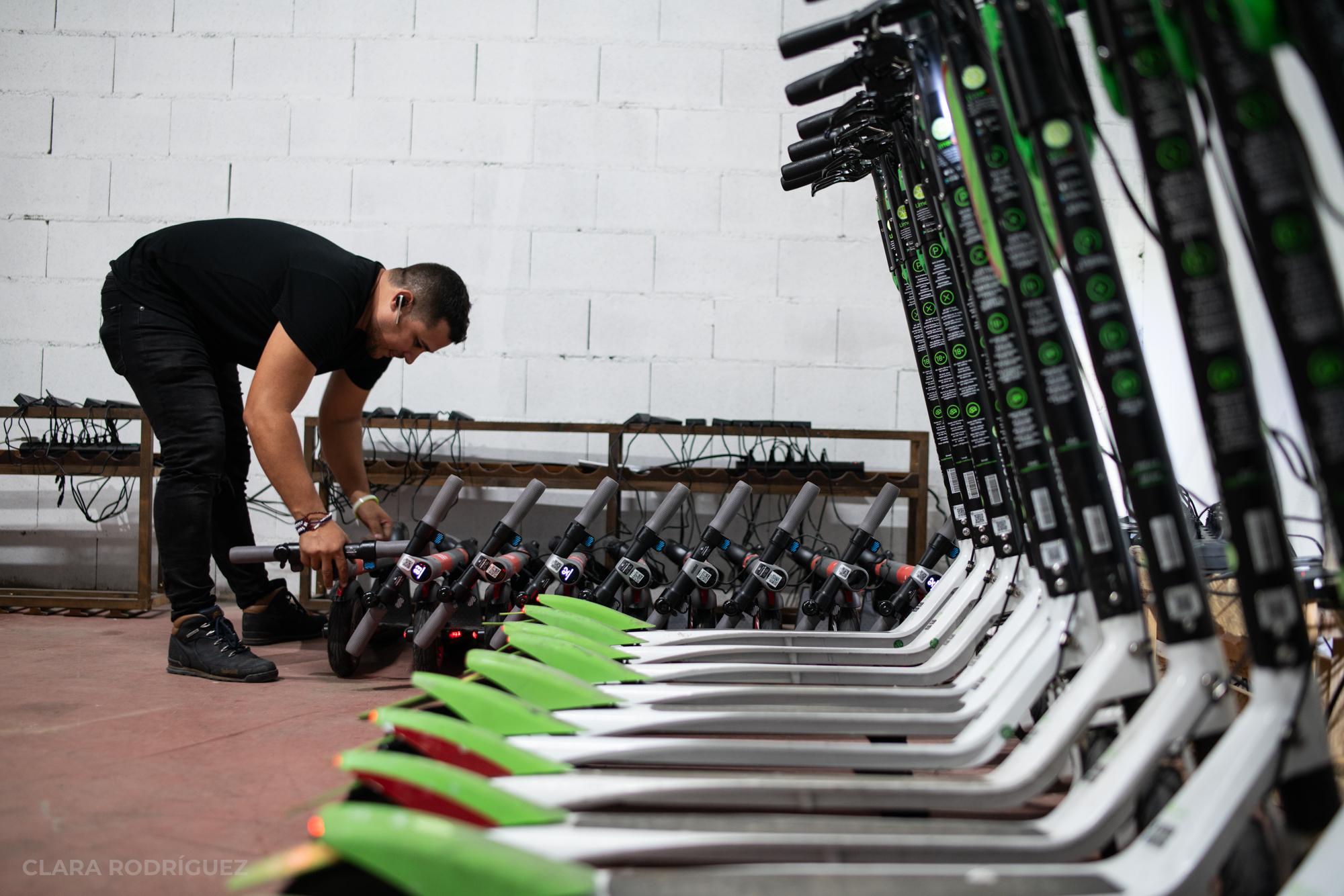 Karel, el 'cazador' de patinetes que gana 5.000 euros al mes cargándolos de madrugada