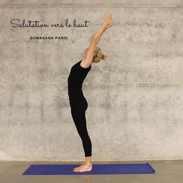 Urdhva Hastāsana ou Salutation vers le haut 🌻 Cette posture est une variation de Tādāsana, les bases restent les mêmes. Elle cible les épaules et les muscles intercostaux. 👌  En sanskrit : urdhva signifie vers le haut. En effet, l'énergie est dirigée vers le haut du corps à l'aide d'Hasta (les mains). 👐 Asana correspond à la posture.  Bénéfices : 🌻 1. Étirement de l'abdomen, renforcement des muscles intercostaux, des jambes ; 2. Amélioration du système digestif; 3. Amélioration de la souplesse et de la mobilité des épaules et des aisselles. 4. Aide contre la fatigue et l'anxiété. 5. Conseillé pour les personnes qui souffrent de l'asthme.  Technique : 🐉 1. Débutez par un Tādāsana. 2. En respirant, soulevez vos mains vers le ciel. Étendez bien vos coudes et dirigez votre regard en direction de vos pouces. 3. Inspirez et expirez profondément. . 4. Restez dans la posture durant quelques respirations.  🧐 Contre-indications : Cette pose est à éviter si vous souffrez des blessures dans les épaules ou le cou.  💫 Nos professeurs, également thérapeutes, vous accompagnent et vous guident en sécurité en cours d'Ostéo Yoga.  📌 Pour réserver un cours 👉 lien dans la bio  Bon yoga à vous ✨  #osteoyoga #somasana #paris8 #paris9 #posture #yoga #paris