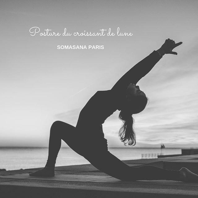 🌜Posture du croissant de lune ou Anjaneyasana 🌛  🤸♂️🤸♀️ Cette posture travaille l'équilibre et la souplesse des jambes. Elle permet une importante ouverture de la poitrine et l'abdomen.  En sanskrit : Anjani fait référence à la mère du Dieu hindouiste Hanuman  Les bénéfices ✨ : 💪 Étirements, renforcement des jambes, du dos, des bras, des quadriceps, de l'aine, de l'abdomen et des genoux. 💫 Relâchement des hanches. 🦵 Assouplissement 🍉 Amélioration du système digestif 🤸♂️🤸♀️ Meilleur équilibre  La nuque, les aisselles, la poitrine et les poumons sont également sollicités.  🚴♀️🚴♂️ Cette pose convient parfaitement aux athlètes tels que les coureurs et cyclistes, et aux personnes travaillant en bureau.  Elle est à éviter si vous souffrez de problèmes de cardiaques.  💫 Nos professeurs, également thérapeutes, vous accompagnent et vous guident en sécurité en cours d'Ostéo Yoga.  📌 Pour réserver un cours 👉 lien dans la bio  Bon yoga à vous ✨  #osteoyoga #somasana #paris8 #paris9 #posture #yoga #paris