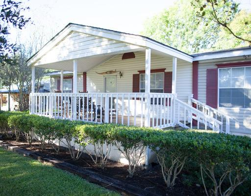 Longhorn Cottage - Longhorn Cottage has 3 bedrooms, 2 baths, a large living room, kitchen, dining room, and a covered front porch with rocking chairs for your enjoyment. Longhorn is a good fit for small, close-knit groups getting together. [Accommodates 3-6 people]