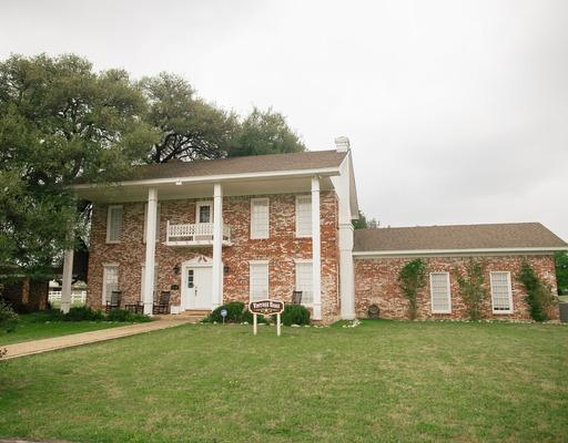 Vintage Oaks - Entire house · 6 bedsVintage Oaks is J. R. Holland's original two-story home that was built in 1894. It has 5 bedrooms, 4 baths, a huge kitchen, dining room, and two living areas. The home's quaint charm is outstanding. [Accommodates 5-10 people]