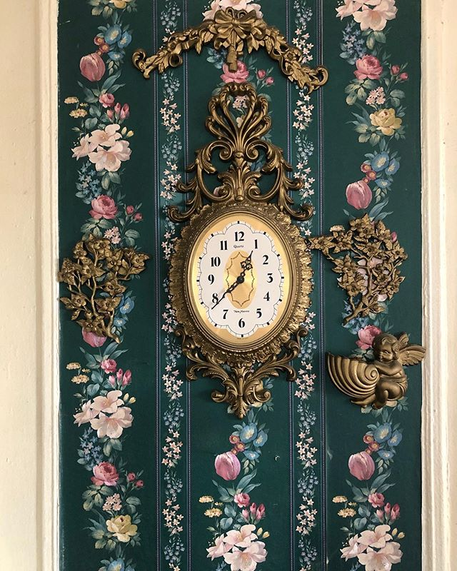 Nostalgia. I visited gramps today. He lives in our nyc apartment, the same apartment I lived in from birth to 15 years old.  Mom installed this wallpaper, and clock about 30 years ago.  It's one of her decorative touches that still looks amazing, and very much intact; even some of the furniture. Excited to share more. #mamasgotskills #visionary #handson 💪