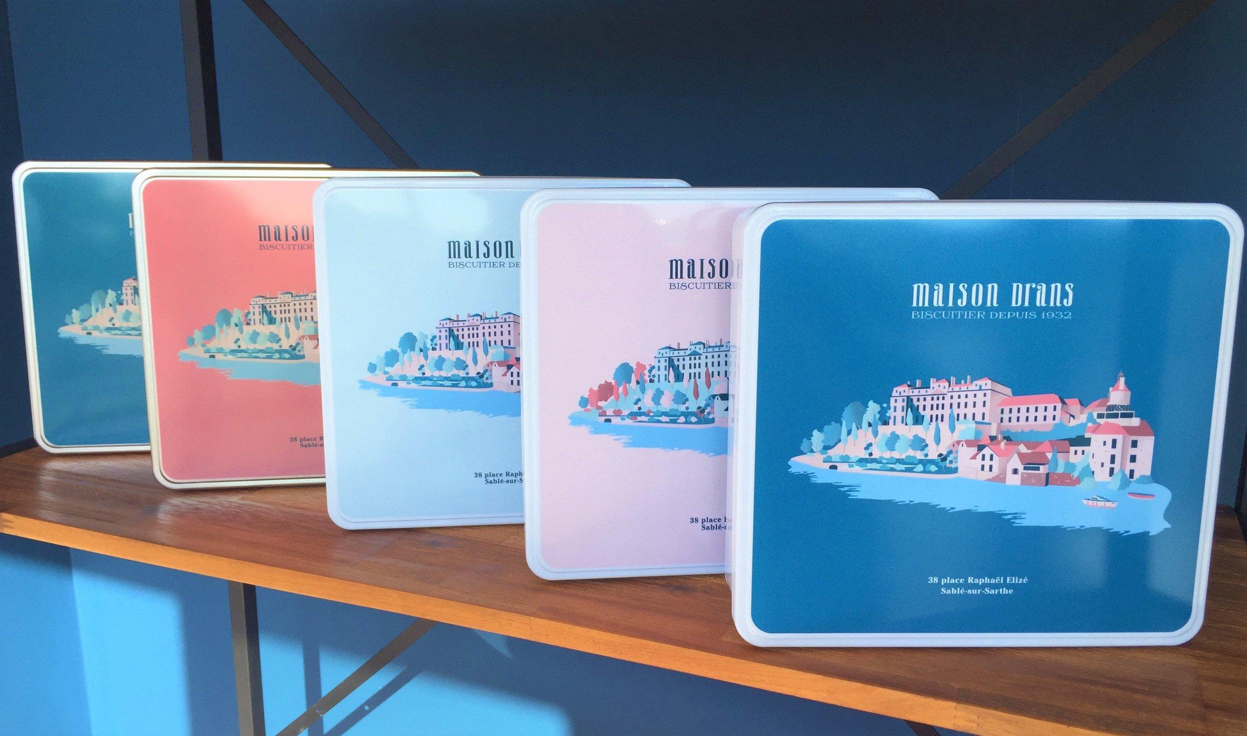 Nos boîtes fer iconiques - Découvrez nos nouvelles boîtes fer garnies d'assortiments de nos Sablés et Croq'Amours. Faites votre choix parmi deux tailles différentes et quatre couleurs (bleu marine, bleu ciel, rose pale et fushia).
