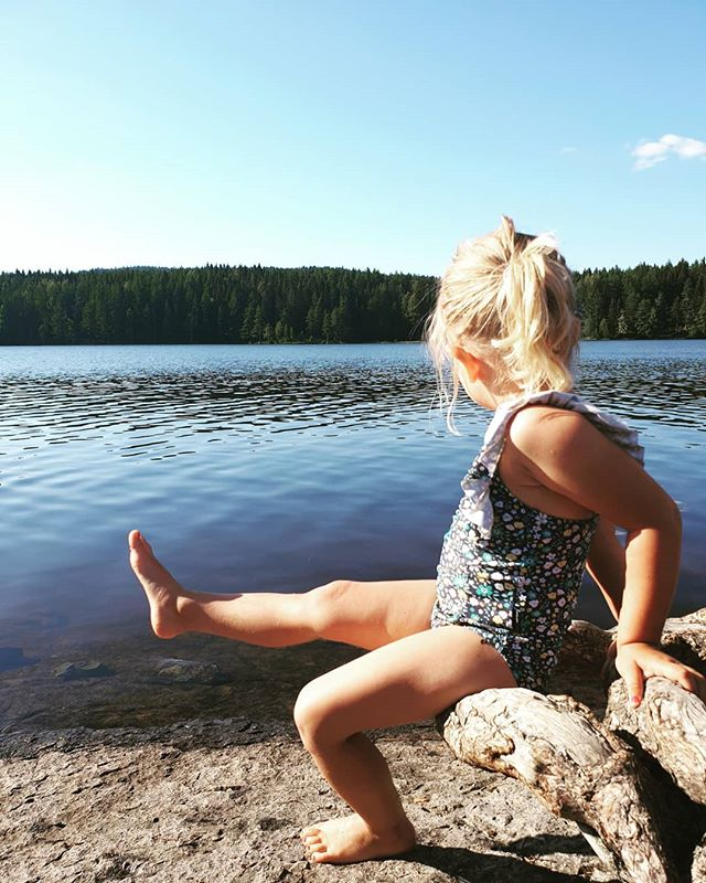 The Bean 🌻  We took this lovely little human for a swim today up at the lake not far from home. She loved the water and even showed off her new swimming moves 🤩 She's been at the cabin the last few days with Farmor and Farfar, and it's so good to have our big girl back home! We've missed you honey gal!  On Monday she starts in the 'big kids' department at her daycare. Super excited for her to experience a new class and make new friends.  I'm just incredibly grateful to be your mum. It's tough at times, cause you're most definitely a (little) force to be reckoned with, but you're ours and parenting never came easy for anyone, amiright? 😜  Wouldn't have it any other way, our daughter 💛  #oslo #sommer #endelig #lastweekendofholidays #barnehage #storjentenå #ourgirl #imissedhersomuch