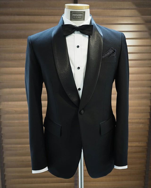 Outstanding black groom tuxedo, The perfection of gentleman🌹 . Follow us for style inspiration @fernandiobyvp Official Website    fernandiobyvp.com
