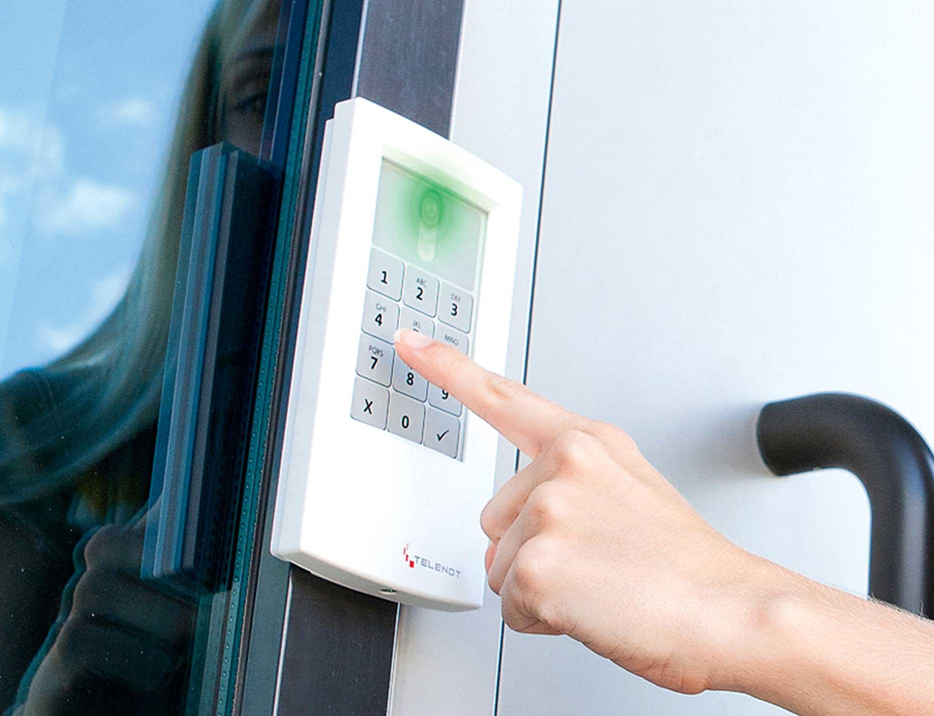Per Zutrittscode und/oder RFID-Transponder (Badge)