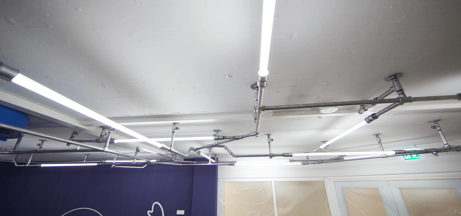 Ladenbau-wasserrohr-baslerpark-installation-licht4.png