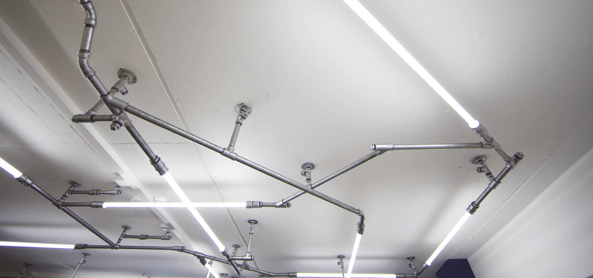 Ladenbau-wasserrohr-baslerpark-installation-licht3.png