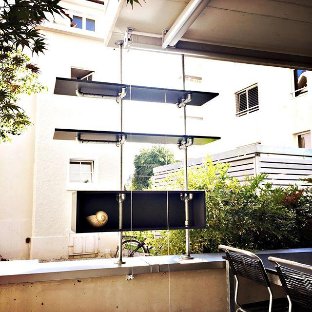 Sichtschutz mit Durchblick 🤩 . . . . #rohrfabrik #sichtschutz #wasserrohr #outdoor #balkon #grün #kletterplanze #terrasse #lounge #gartengestaltung #gartenmöbel #design #exterior_design #tablar #deko #topfpflanzen #gartensitzplatz