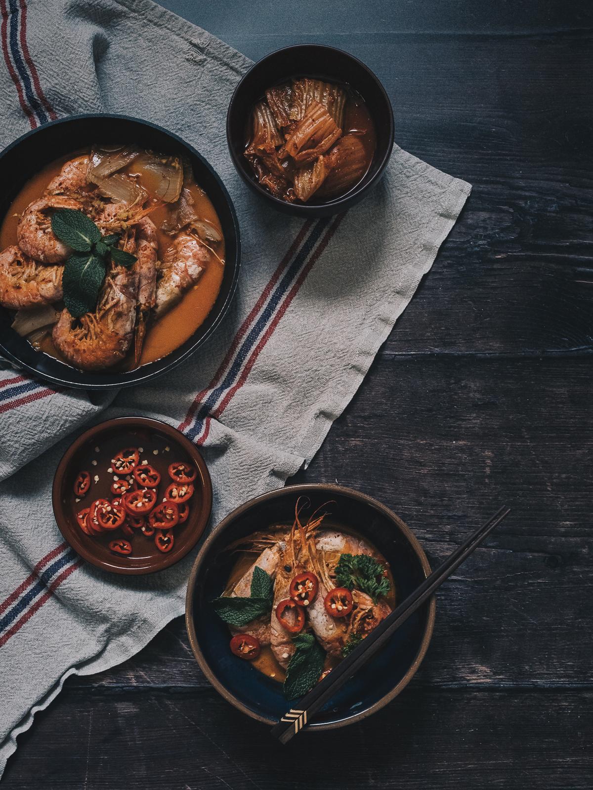 利用俯拍呈現食材,清楚傳達盤中食物的模樣。