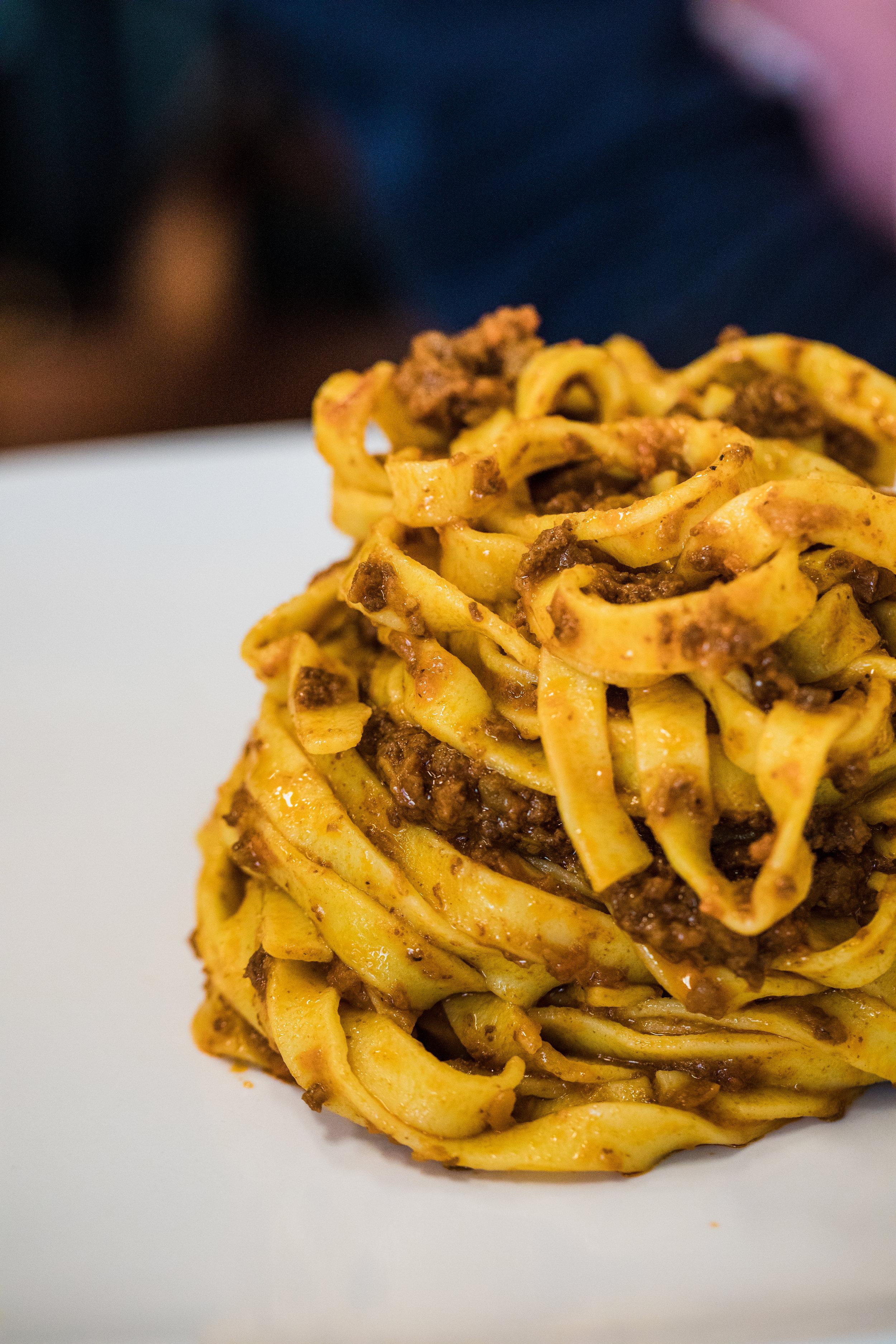 Pasta Sugo - Den geschmacklichen Unterschied machen bei Pastasoßen kleine Details aus. Egal ob eine klassische Tomatensoße oder ein Salciccia-Ricotta-Sugo: Hier entscheidet nicht nur die Qualität der Einzelzutaten, sondern auch die richtige Wahl der Pfanne oder das richtige Timing über das Ergebnis.Folgende Pastasugos sind in diesem Kurs enthalten:•Gnocchi in Salciccia-Rotweinsugo, Ricotta und Parmesan•Pacchieri Mare e Monti•Spaghetti Frutti di Mare•Cappelletti Carbonara Autentica•Tagliatelle Scampi e Tartufodazu gibt es knackige Salate und frisch gebackenes Olivenbrot, Oliven und Antipasti.inkl. Begrüßungsgetränkinkl. alkoholfreier GetränkeTeilnehmerzahl: 8-10 PersonenWorkshop-Dauer: 2 StundenKostenpunkt: 99€ pro PersonStart: 18:30 Uhr