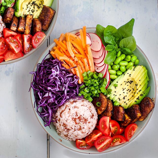 "Alright - where would you start in your DEMOLITION of this VEGAN HOI-SIN TEMPEH RICE BOWL!? 🍛💫⁣⁣ For me I always start with the carrot! Don't ask me why, it just calls to me!⁣⁣⁣ ⁣⁣⁣ And yeah yeah I know, these super healthy bowls are pretty ""off brand"" for SNV but trust me - zero sacrifices have been made on the flavour front! ⁣⁣⁣ ⁣⁣⁣ I'm STOKED to announce that this recipe is LIVE AS WE SPEAK over on my blog!⁣⁣⁣ 🔗schoolnightvegan.com🔗⁣⁣⁣ ☝🏻Tap the link in my bio ☝🏻⁣ ⁣ #veganfood #veganuk #ukvegan #veganrecipes #veganrecipe #recipe #plantbased #hoisin #poke #pokebowl #ricebowl #tempeh #teriyakibowl #healthybowl #healthyrecipe #quickvegan #healthyvegan #glutenfree #plantbasedfood #whatveganseat #letseatvegan #vegandaily"