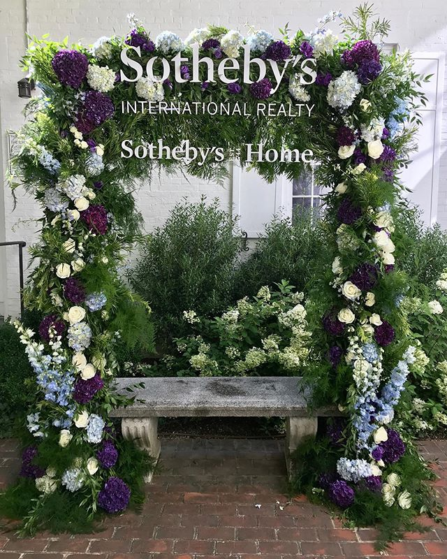 Take a seat! Guests were photographed beneath a branded greenery and flower arch at a @sothebyshomehamptons event #bfloralnyc #eventdesign #sothebyshomeshamptons