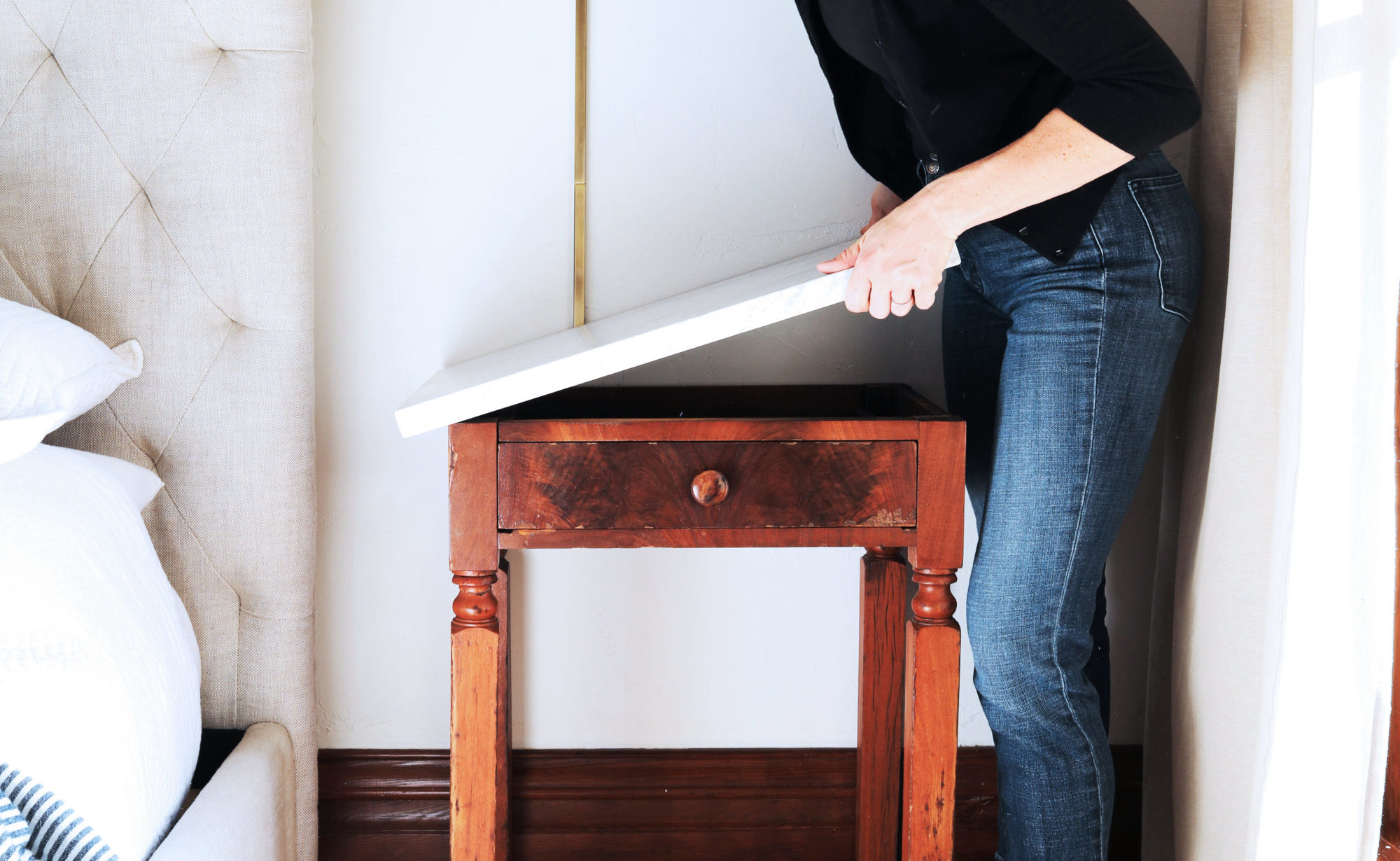 The-Grit-and-Polish-DIY-Marble-Topped-Side-Table-Glue-place-top-2-e1543296932711.jpg